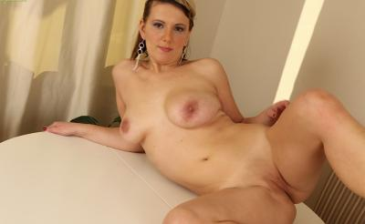 Зрелая блондинка мастурбирует пизду крупным планом 16 фото