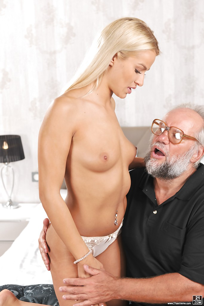 Дед трахает молоденькую блондинку