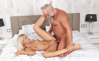 Дед трахает молодую блондинку 10 фото