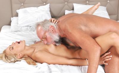 Дед трахает молодую блондинку 11 фото