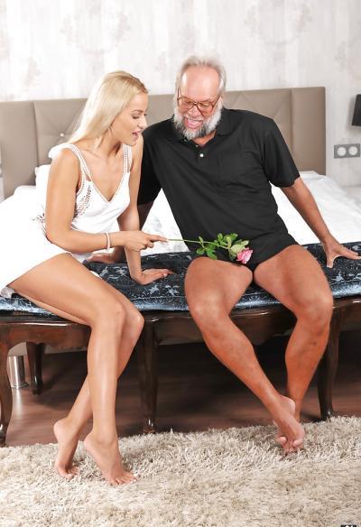 Дед трахает молодую блондинку 3 фото