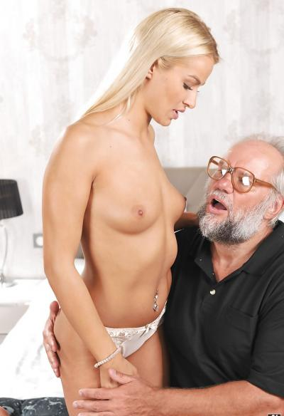 Дед трахает молодую блондинку 5 фото