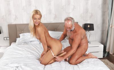 Дед трахает молодую блондинку 7 фото