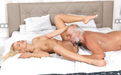 Дед трахает молодую блондинку 8 фото
