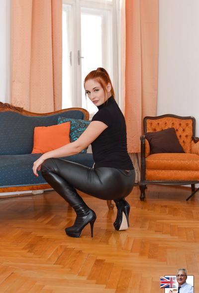 Рыжая девушка в латексных штанах 10 фото
