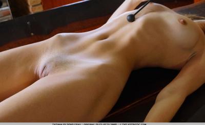 Русская девушка гладит половые органы вибратором 13 фото