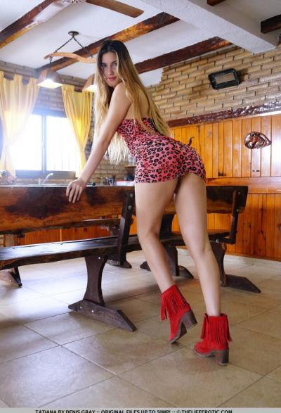 Русская девушка гладит половые органы вибратором 3 фото