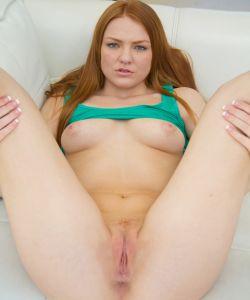 Рыжая грудастая девушка