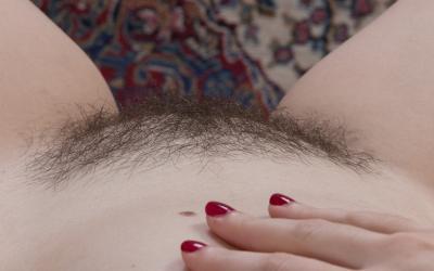Девушка с волосатой пиздой и анусом 12 фото
