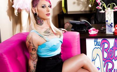 Необычная девушка с татуировками и большими формами 1 фото