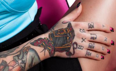 Необычная девушка с татуировками и большими формами 2 фото