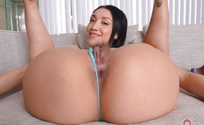 Азиатка показывает волосатую киску крупным планом 9 фото