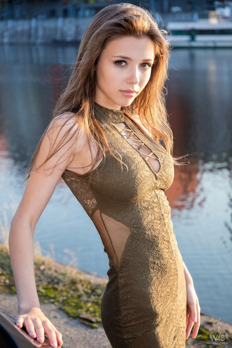 razdevaetsya-krasavitsa-foto
