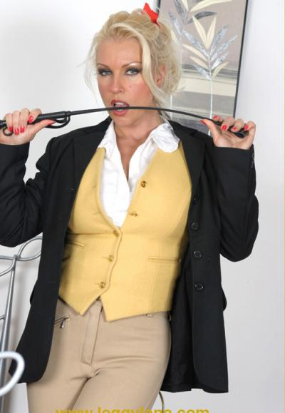 Блондинка трахает себя резиновым дилдо 1 фото