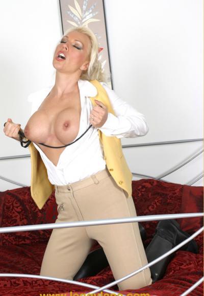 Блондинка трахает себя резиновым дилдо 4 фото