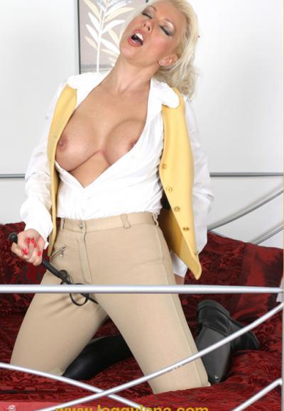 Блондинка трахает себя резиновым дилдо 5 фото