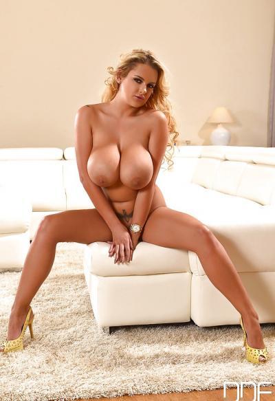 Блондинка Katie Thorton с массивными сиськами 14 фото