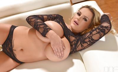 Блондинка Katie Thorton с массивными сиськами 6 фото