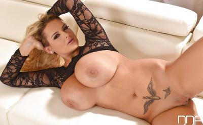 Блондинка Katie Thorton с массивными сиськами 9 фото