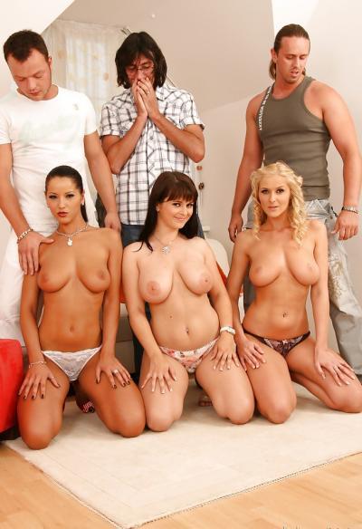 Три жены устроили большую групповуху 4 фото