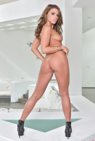 Красотка мастурбирует анус длинным самотыком 11 фото