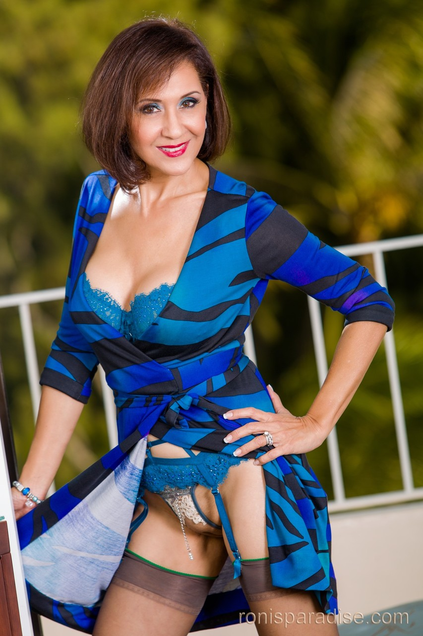kartinki-foto-devushek-bryunetok-pokazivayut-striptiz-erotika-lois