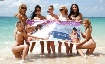 Группа голых девушек на пляже 12 фото