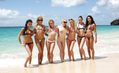 Группа голых девушек на пляже 3 фото