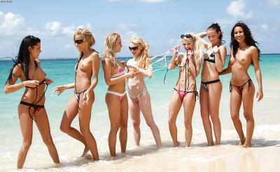 Группа голых девушек на пляже 4 фото