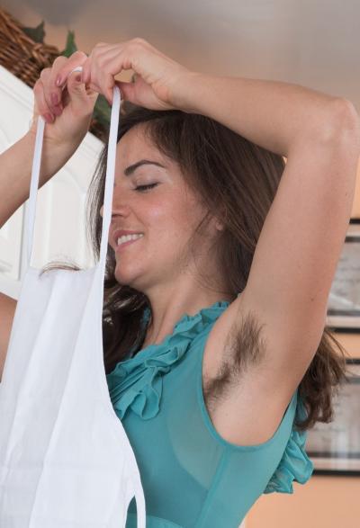 Волосатая девушка показала заросшую манду 3 фото