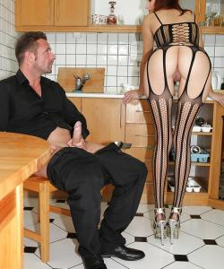 Молодая жена отсосала член мужа на кухне