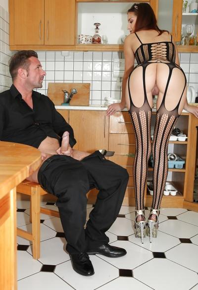 Молодая жена отсосала член мужа на кухне 1 фото