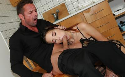 Молодая жена отсосала член мужа на кухне 13 фото