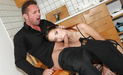 Молодая жена отсосала член мужа на кухне 14 фото