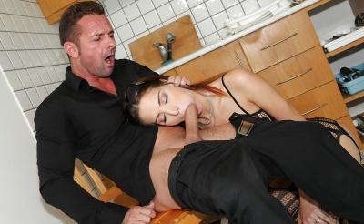 Молодая жена отсосала член мужа на кухне 15 фото