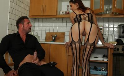 Молодая жена отсосала член мужа на кухне 2 фото