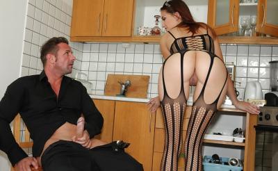 Молодая жена отсосала член мужа на кухне 3 фото
