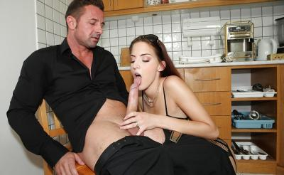 Молодая жена отсосала член мужа на кухне 6 фото