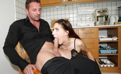Молодая жена отсосала член мужа на кухне 7 фото