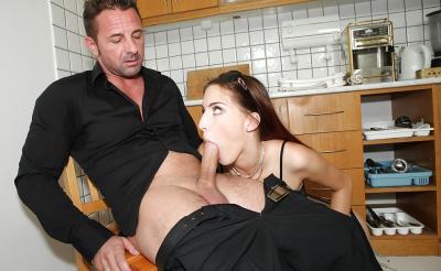 Молодая жена отсосала член мужа на кухне 8 фото