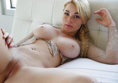 Блондинка с веснушками и большими дойками 12 фото