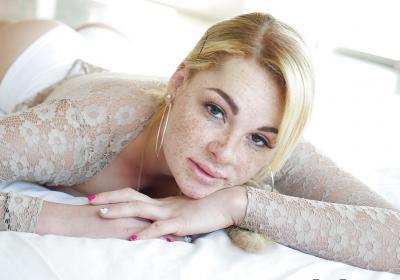 Блондинка с веснушками и большими дойками 6 фото