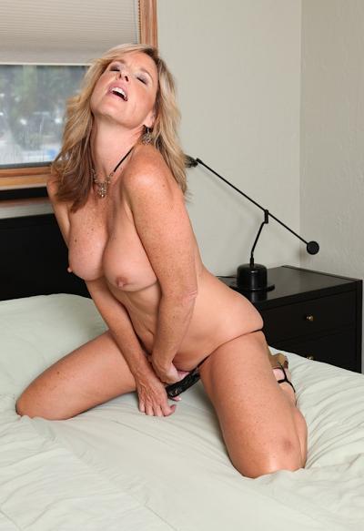 Зрелая женщина кричит при мастурбации 8 фото