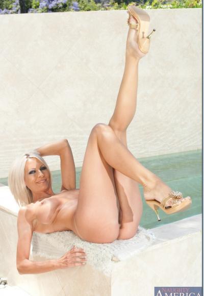 Зрелая блондинка с упругими сиськами 16 фото