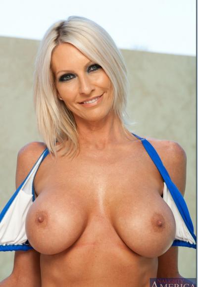Зрелая блондинка с упругими сиськами 7 фото