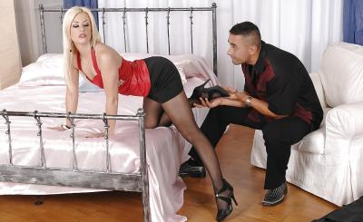 Горячая блондинка в колготках обожает фетиш ног 1 фото