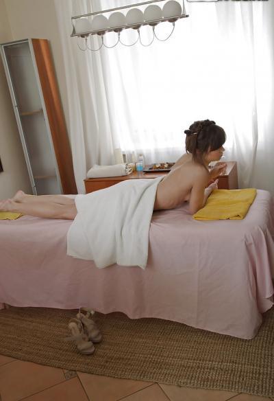 Молоденькая брюнетка готовится к массажу 15 фото