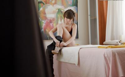 Молоденькая брюнетка готовится к массажу 5 фото