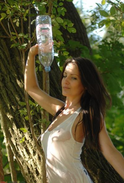 Рыжая голая девушка в лесу 1 фото