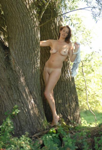 Рыжая голая девушка в лесу 11 фото